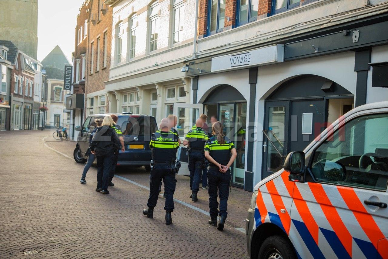 Foto 3: Politie doet inval in pand centrum Oldenzaal; aanhoudingseenheid houdt persoon aan