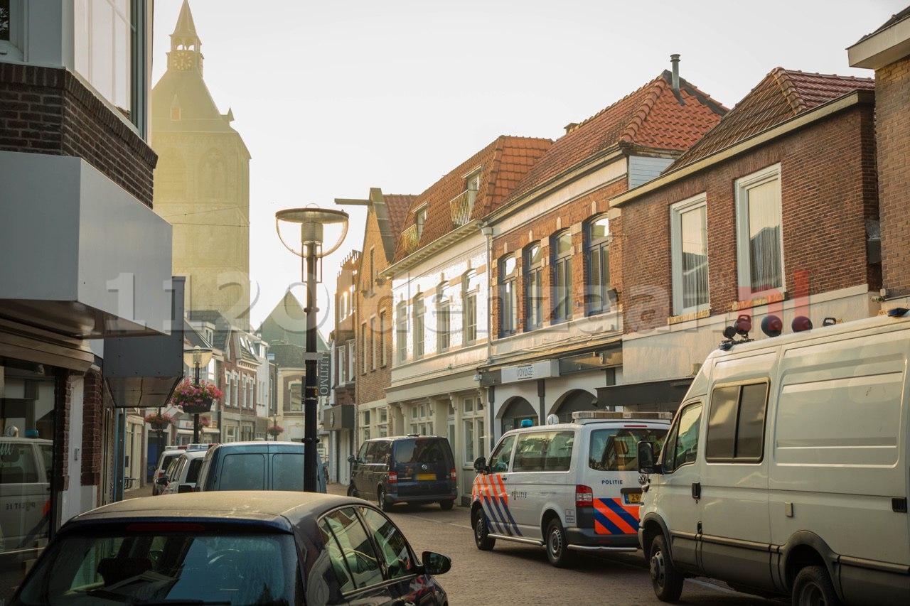 Foto 2: Politie doet inval in pand centrum Oldenzaal; aanhoudingseenheid houdt persoon aan