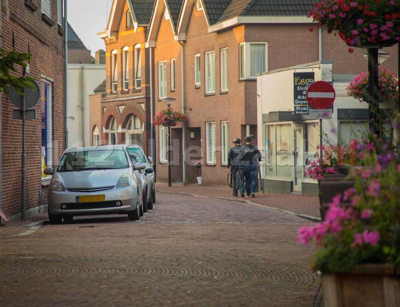 VIDEO: Politie doet inval in pand centrum Oldenzaal; aanhoudingseenheid houdt persoon aan
