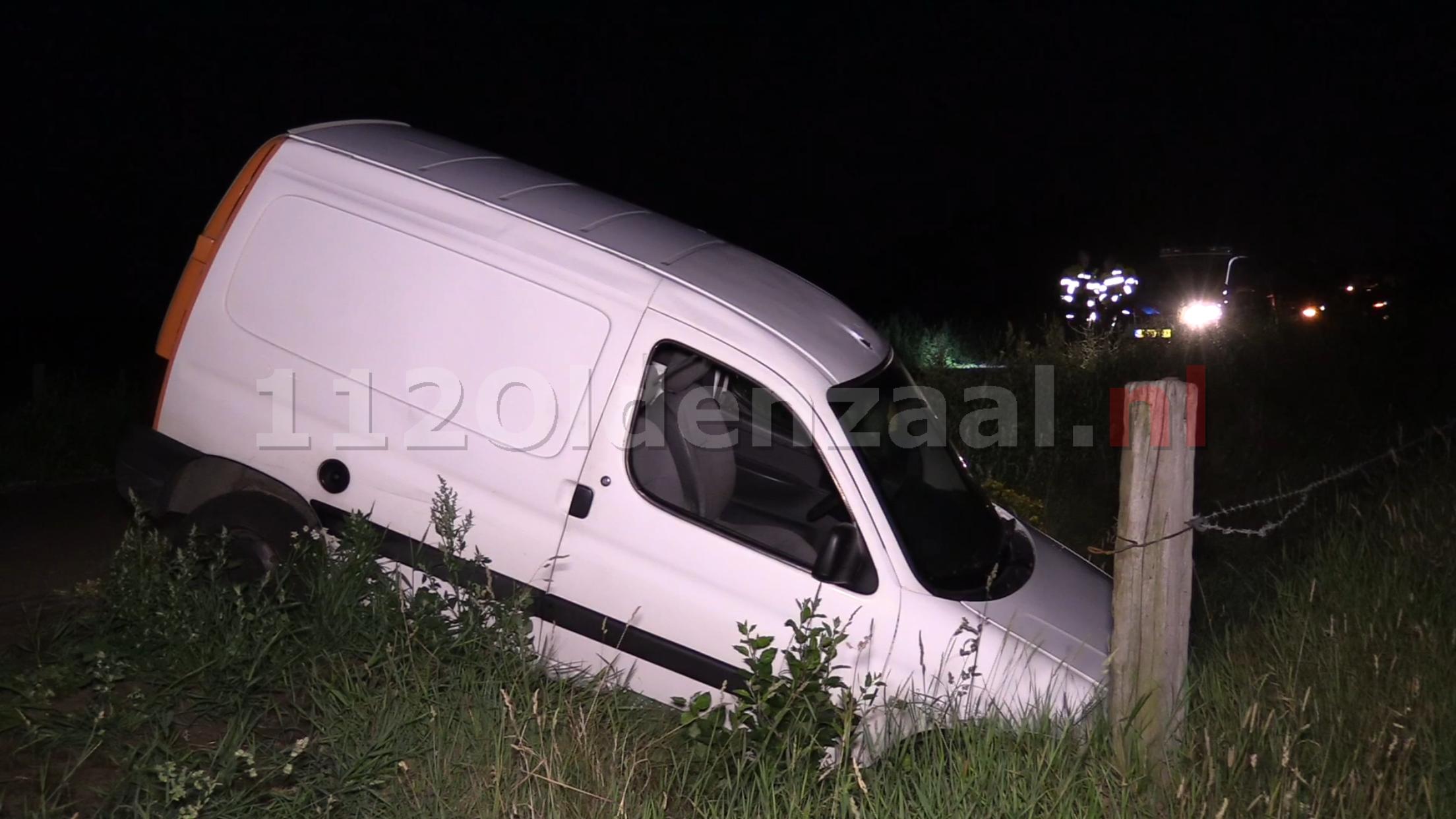 Video: Auto belandt in sloot; bestuurder spoorloos