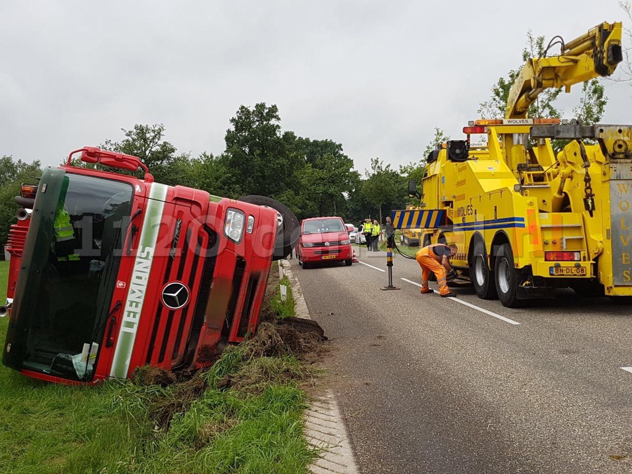 UPDATE: Vrachtwagen gekanteld in Ootmarsum; chauffeur gewond naar het ziekenhuis