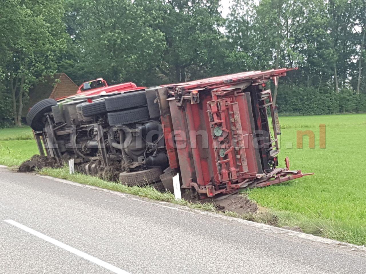 Foto 2: Vrachtwagen gekanteld in Ootmarsum; chauffeur gewond naar het ziekenhuis