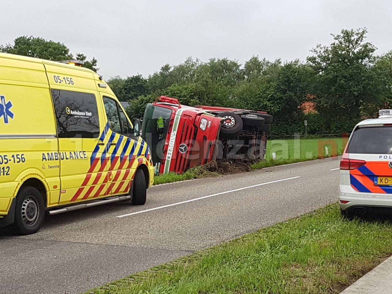 Foto: Vrachtwagen gekanteld in Ootmarsum; chauffeur gewond naar het ziekenhuis