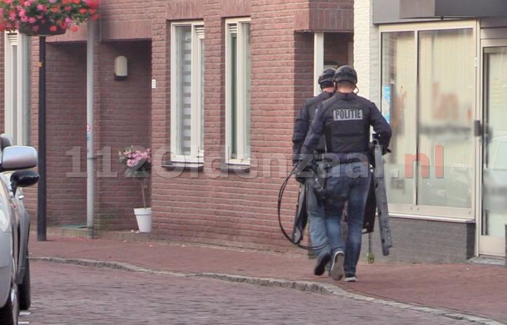Foto: Politie doet inval in pand centrum Oldenzaal; aanhoudingseenheid houdt persoon aan