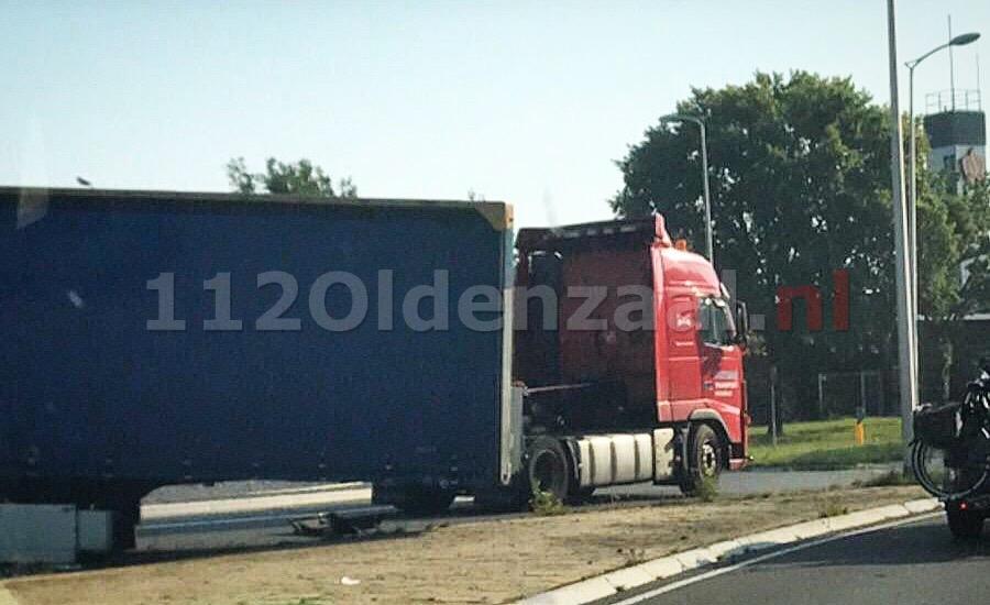 Foto: Vrachtwagen verliest trailer op rotonde in Oldenzaal
