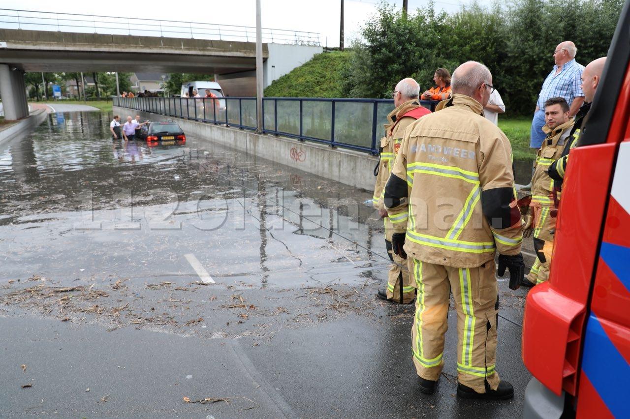 Foto 3: Auto kopje onder in tunnelbak van viaduct na hevige regenval Oldenzaal