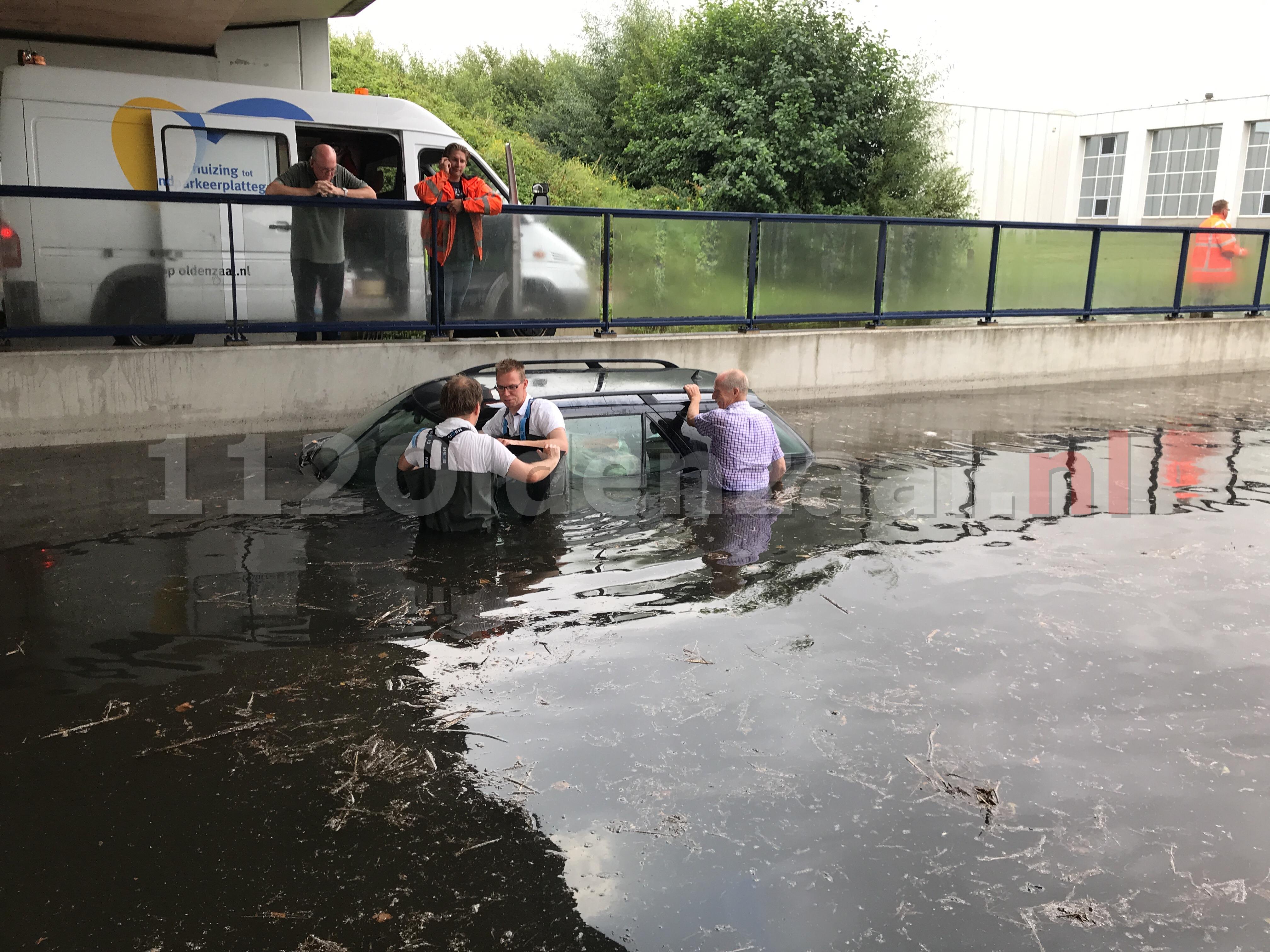 Foto 2: Auto kopje onder in tunnelbak van viaduct na hevige regenval Oldenzaal