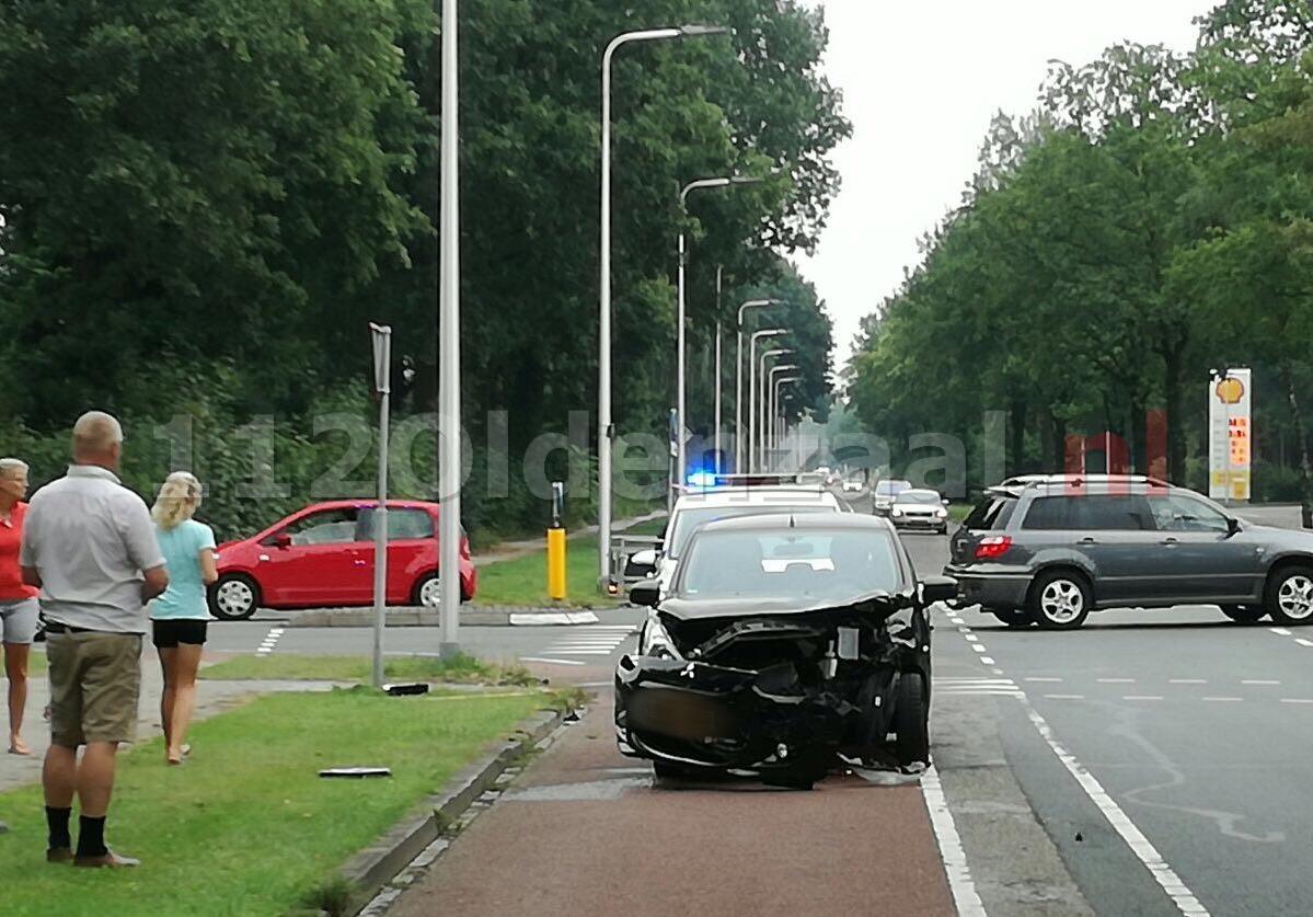 Foto 2: Gewonde bij aanrijding tussen twee auto's in Oldenzaal