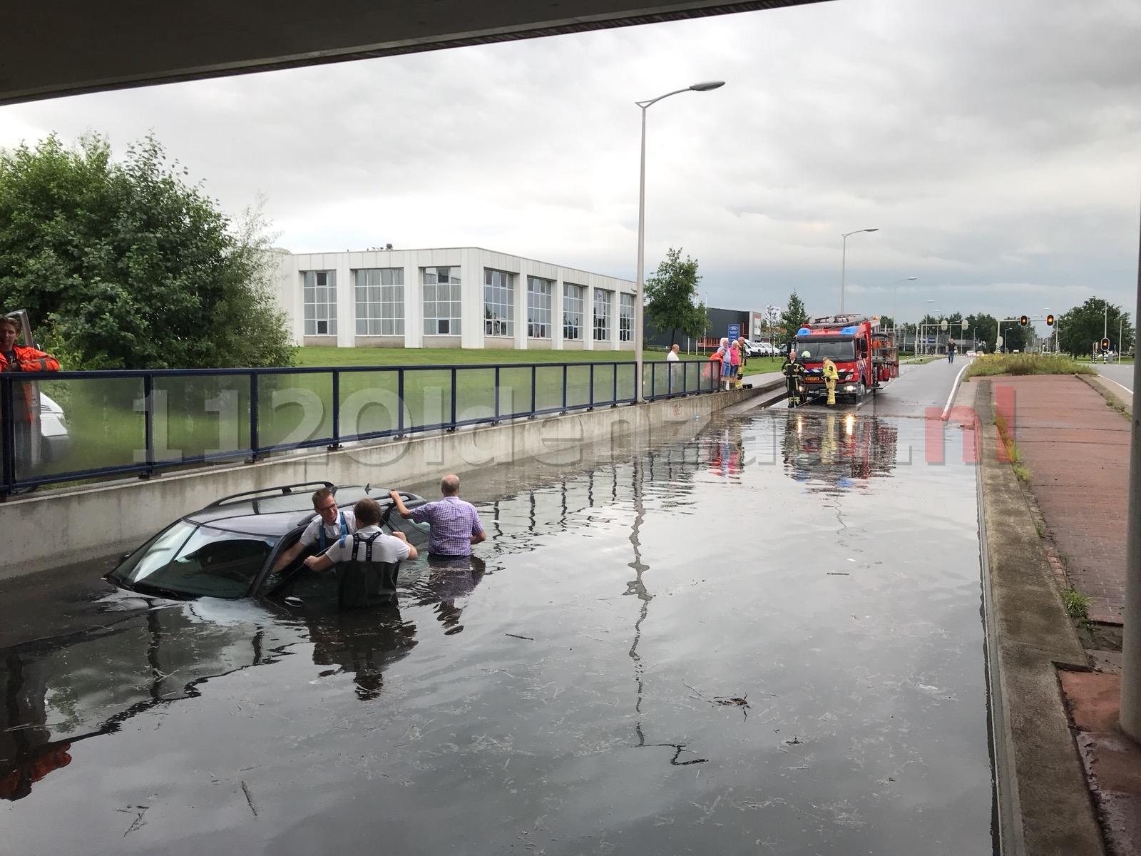 Video: Auto kopje onder in tunnelbak van viaduct na hevige regenval Oldenzaal
