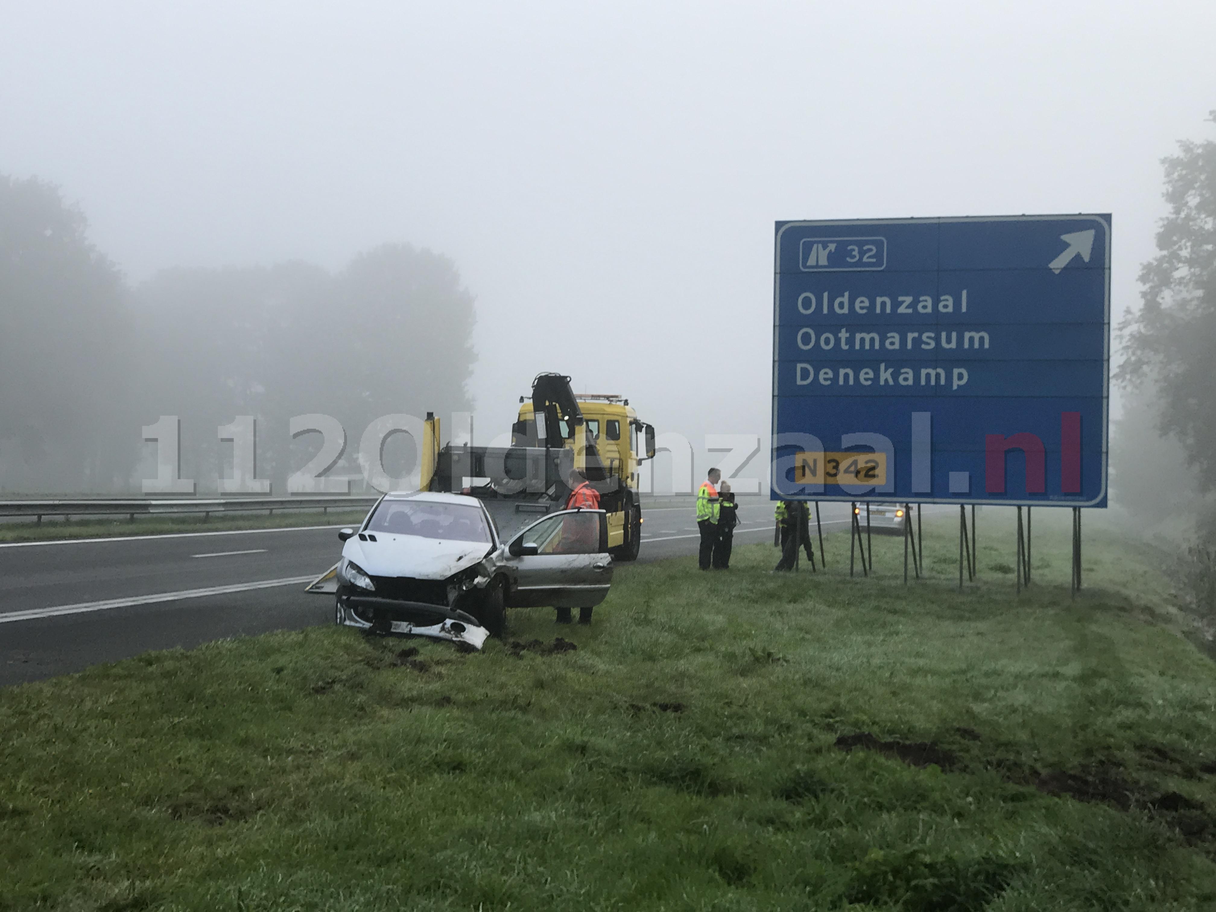 Foto 2: Auto belandt in sloot A1 bij Oldenzaal