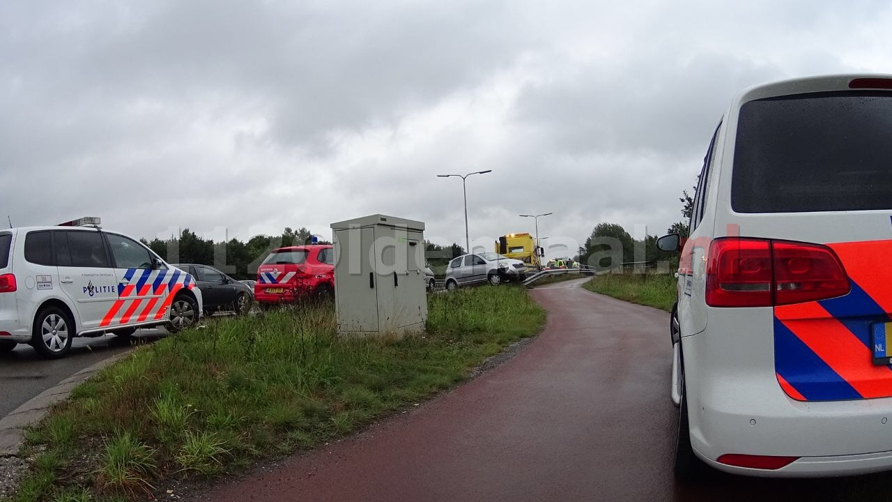 Auto beland op vangrail Oldenzaalsestraat in Hengelo