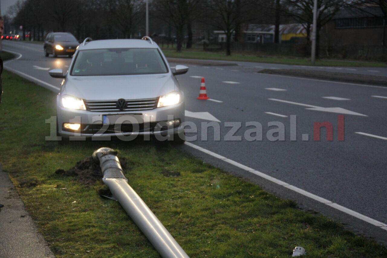 Automobilist op Enschedesestraat in Oldenzaal moet uitwijken en rijdt lantaarnpaal uit de grond