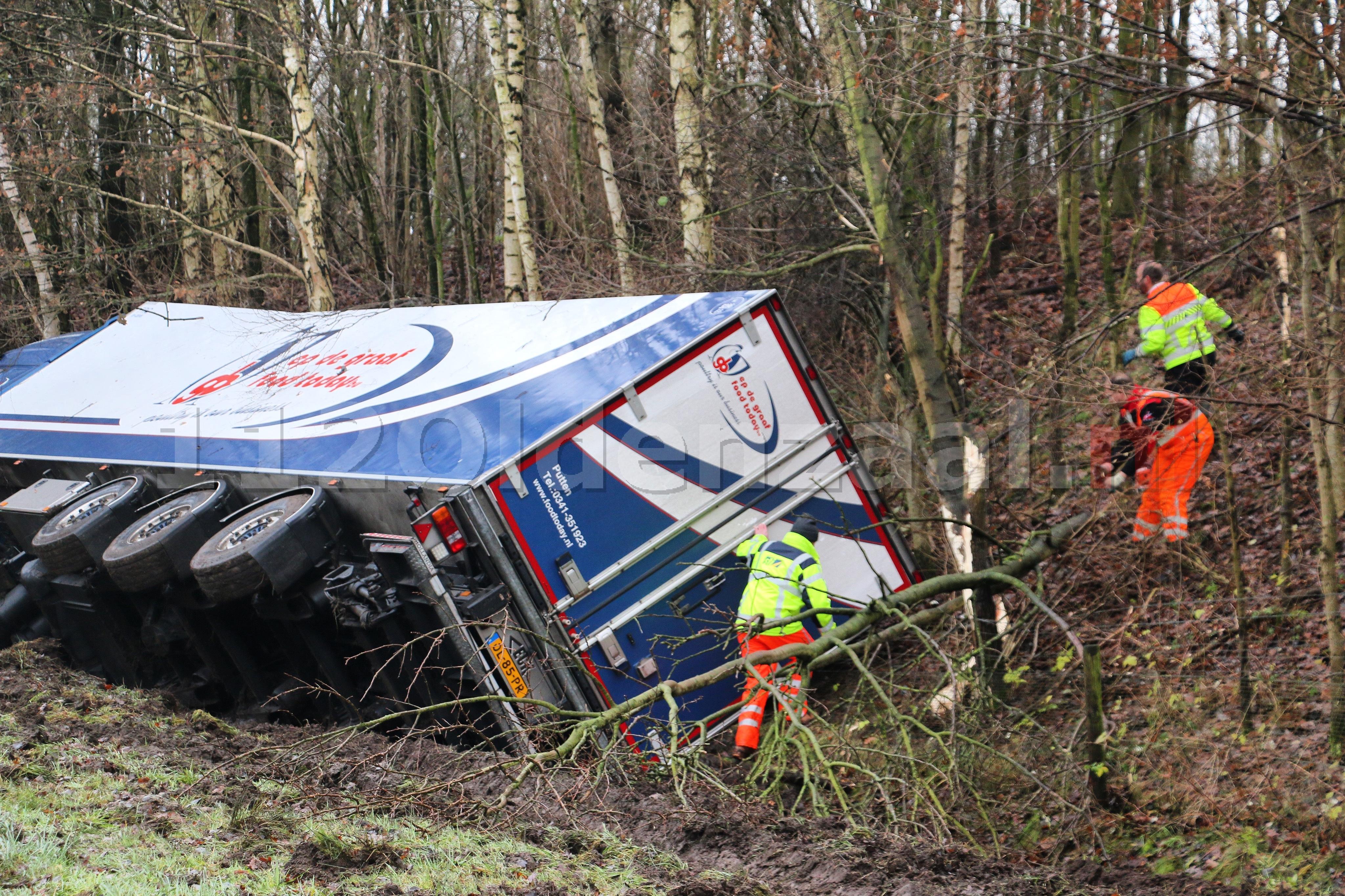 VIDEO: A1 richting Duitsland afgesloten bij Oldenzaal voor berging vrachtwagen