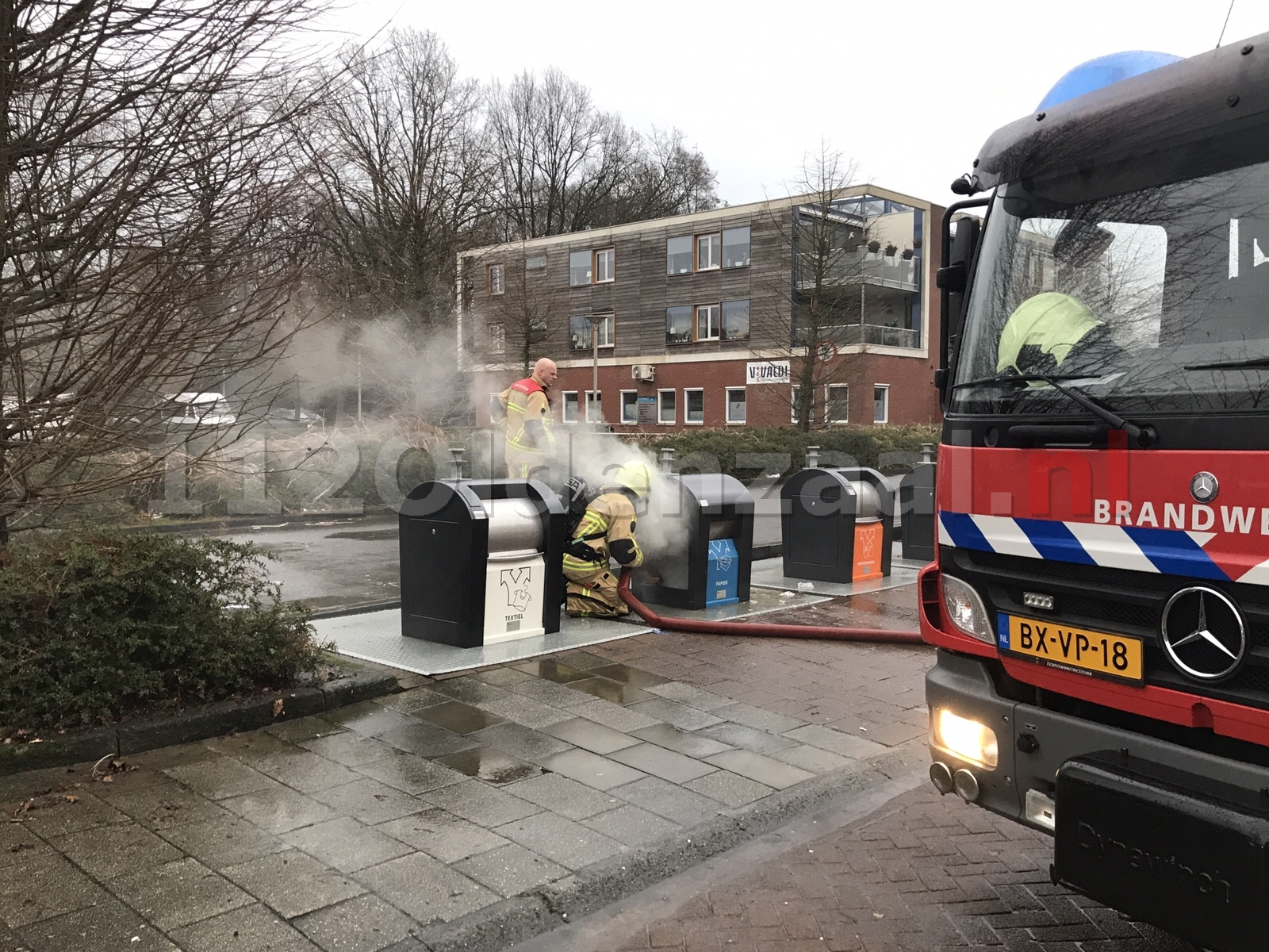 Brandweer blust containerbrand in Oldenzaal