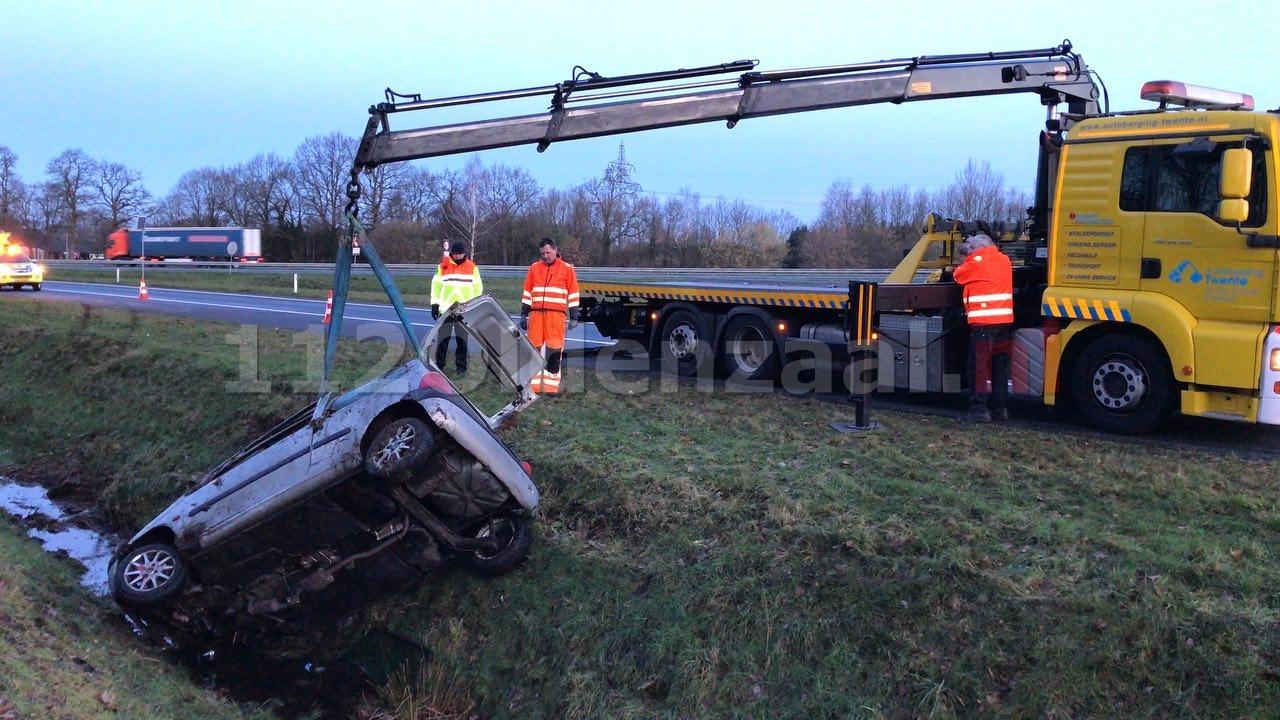 VIDEO: Auto belandt in sloot langs A1 bij Oldenzaal; bestuurder spoorloos