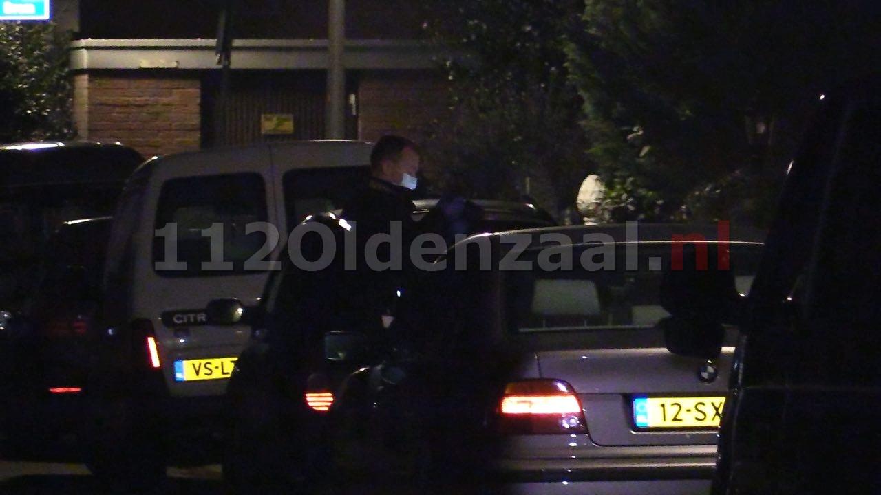 Foto 2: Incident aan Wikke in Oldenzaal; politie rukt met meerdere eenheden uit, technische recherche doet onderzoek