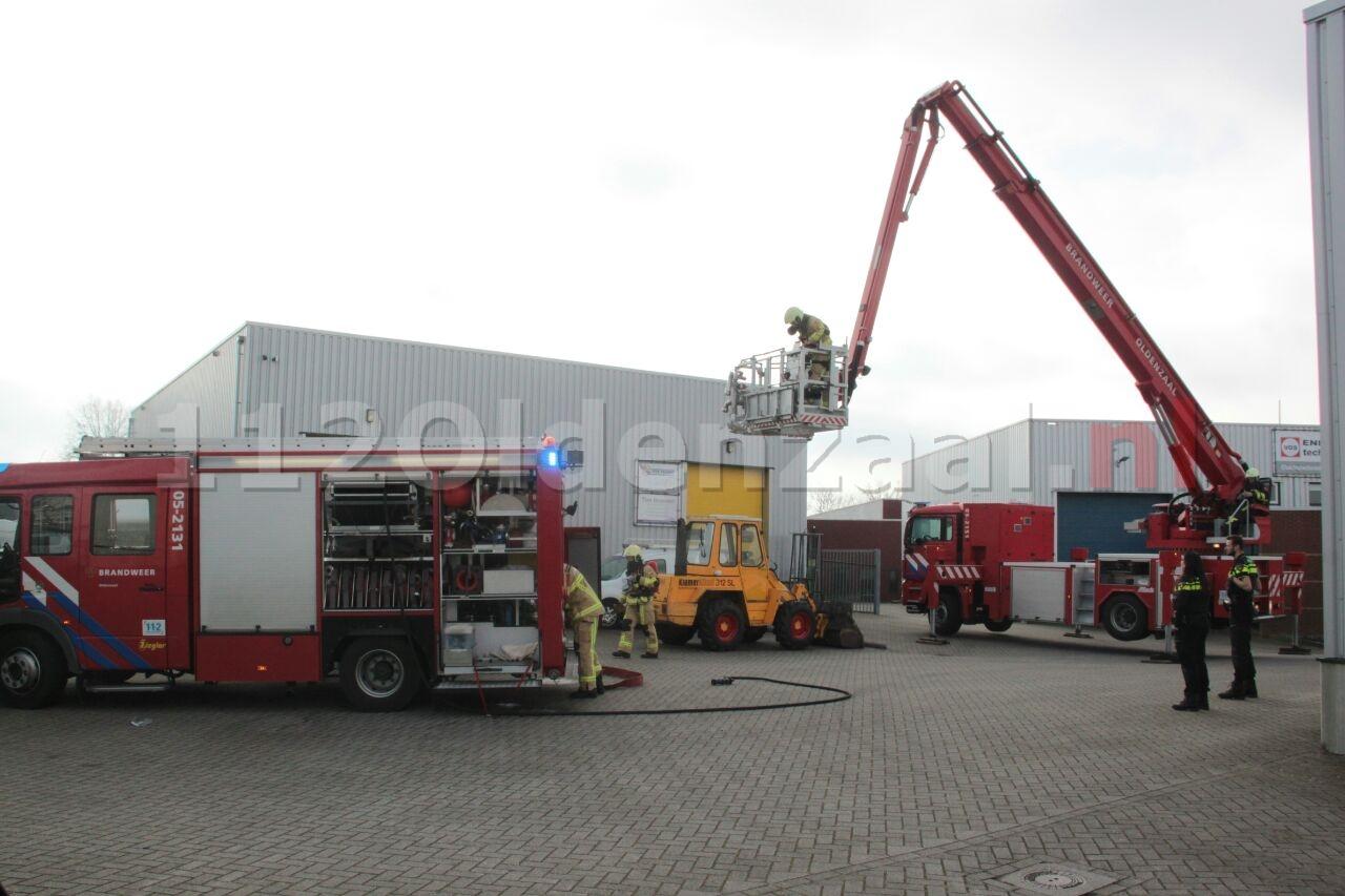 Video: Brandweer blust brand bij bedrijf in Oldenzaal
