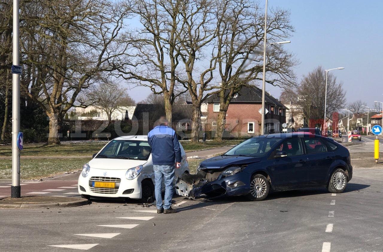 Forse schade na aanrijding tussen twee auto's in Oldenzaal