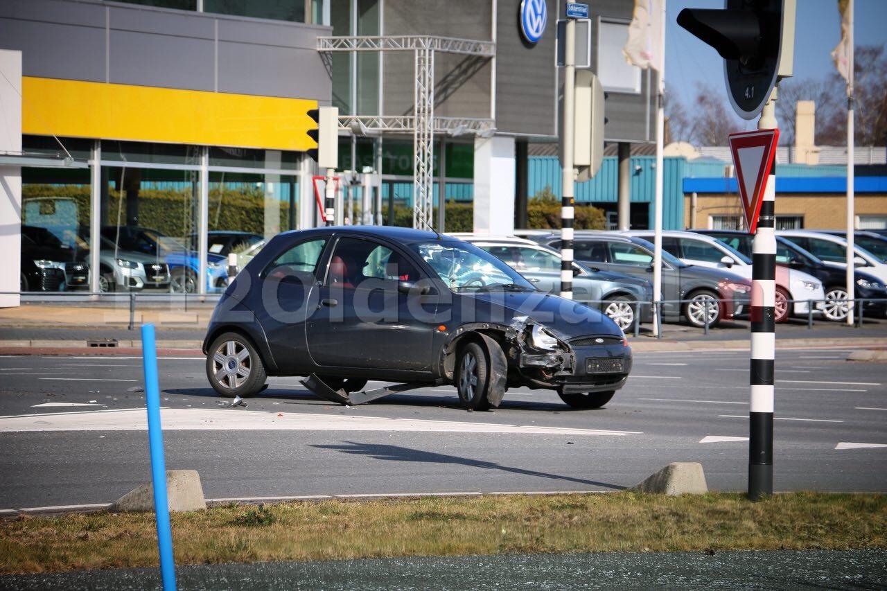 Twee auto's afgesleept na aanrijding op kruispunt in Oldenzaal