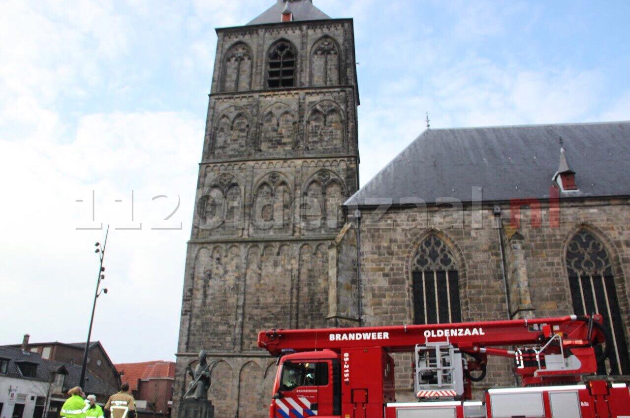 """Brandweer rukt uit voor """"vastzittende"""" valk in toren    Plechelmuskerk Oldenzaal"""