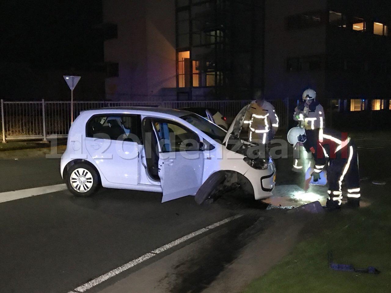 Auto staat dwars op de weg na aanrijding in Oldenzaal; bestuurder spoorloos