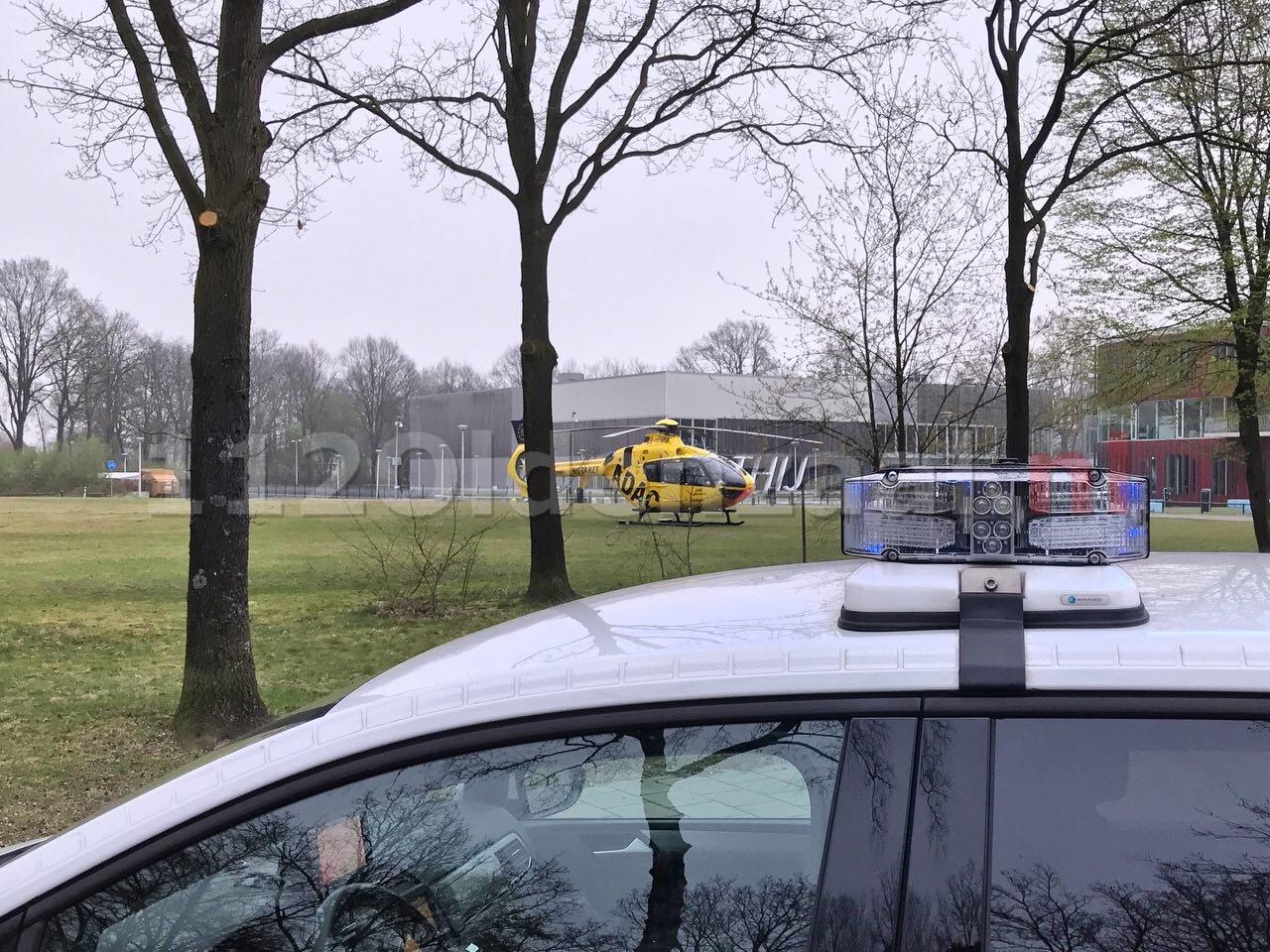 Traumahelikopter landt in woonwijk Oldenzaal; politie zet kruispunten af
