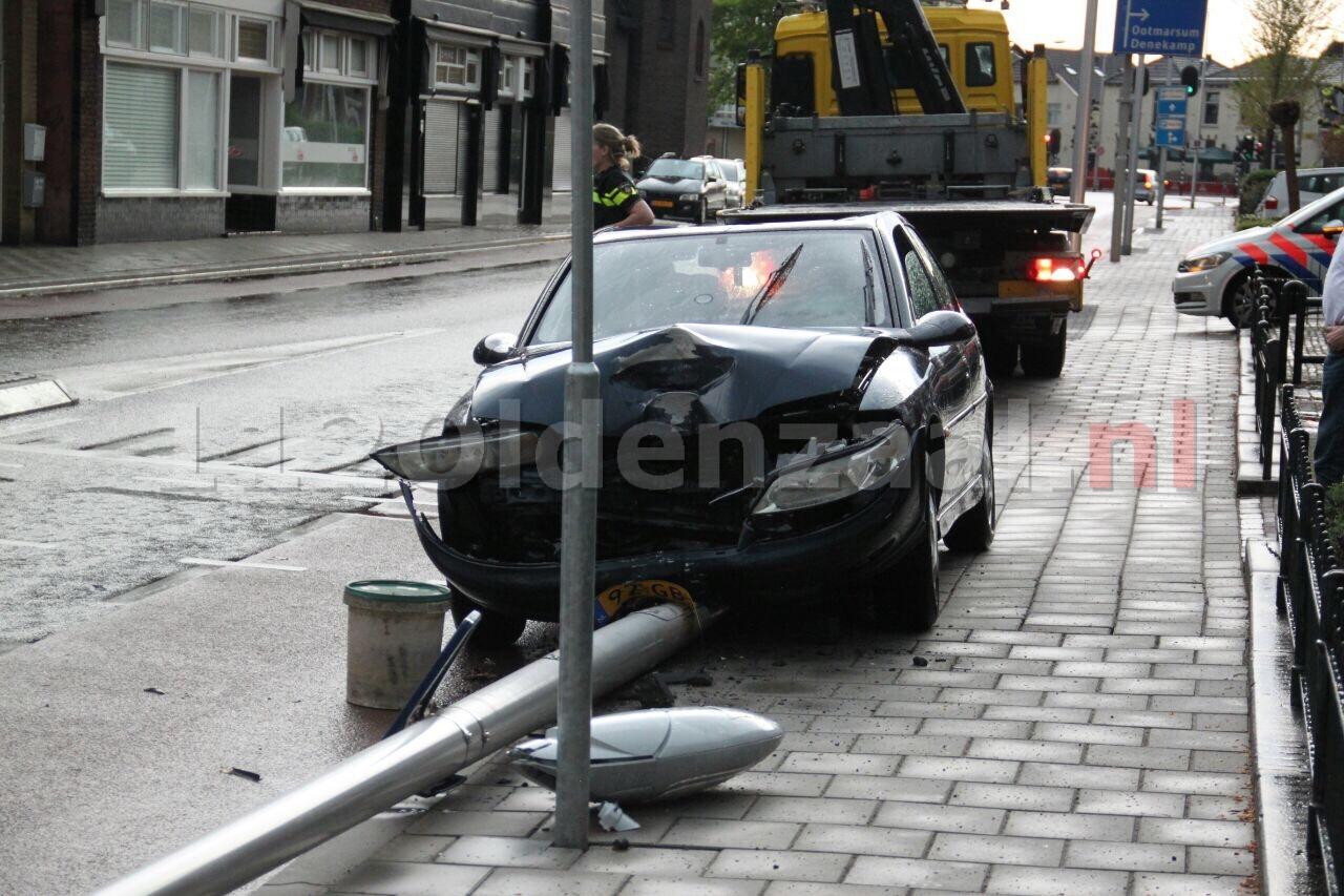 Persoon gewond naar het ziekenhuis na aanrijding met lantaarnpaal in Oldenzaal