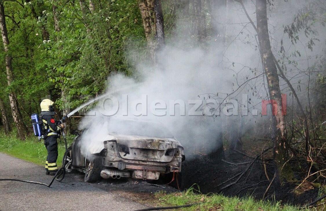 UPDATE (video): Auto volledig uitgebrand na ongeval in Oldenzaal