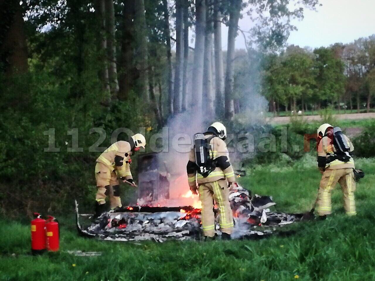 Caravan brandt volledig uit in weiland Oldenzaal