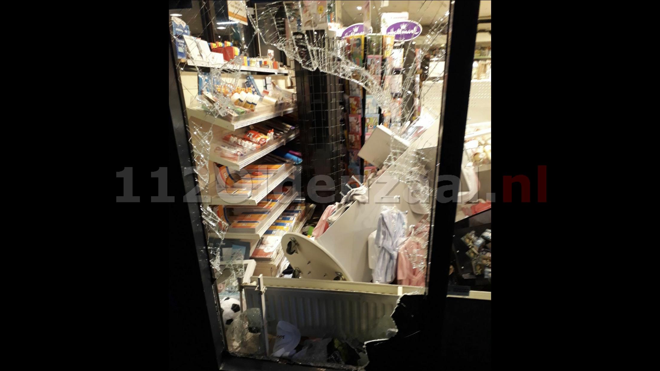 Foto: Inbrekers laten ravage achter na inbraak bij winkel op winkelcentrum De Thij in Oldenzaal