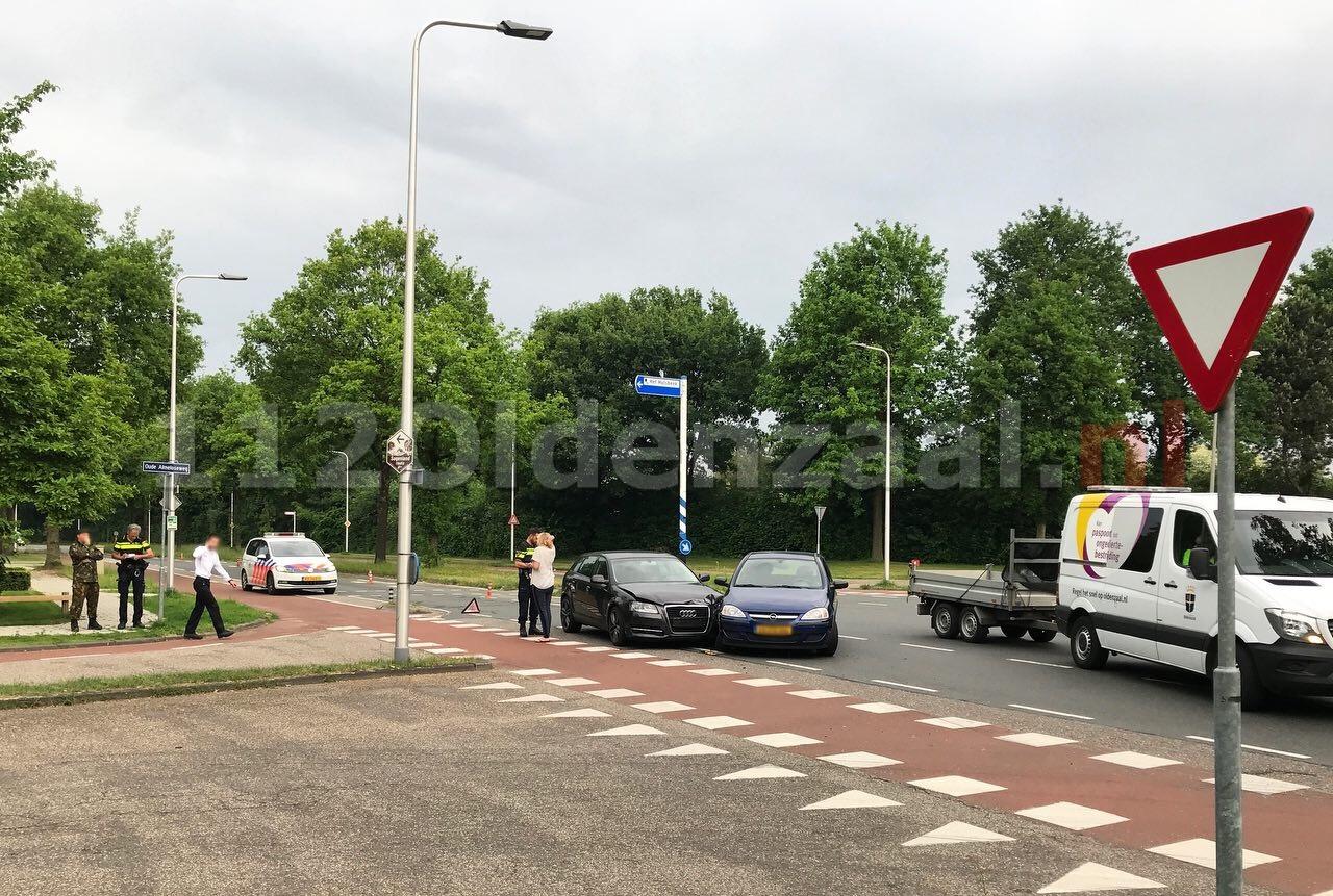 Aanrijding tussen twee auto's op Schipleidelaan Oldenzaal