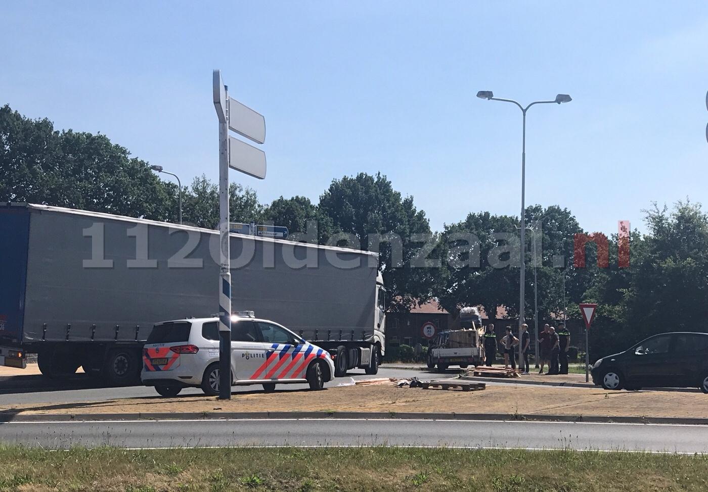 Lading valt van aanhangwagen op rondweg Oldenzaal