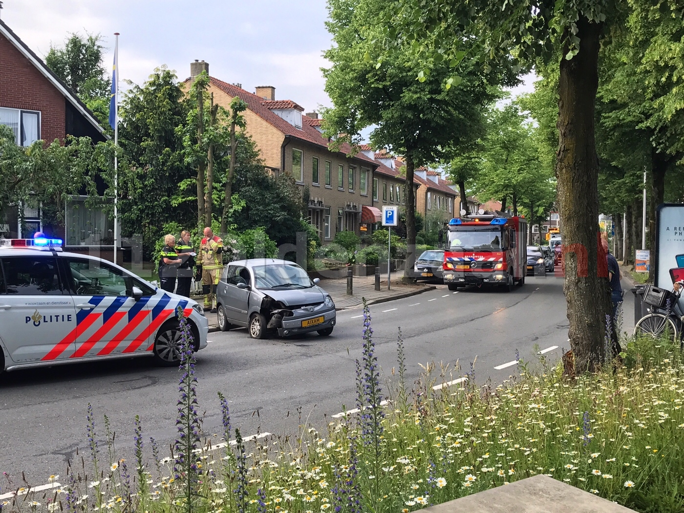 Auto belandt tegen boom Beatrixstraat Oldenzaal
