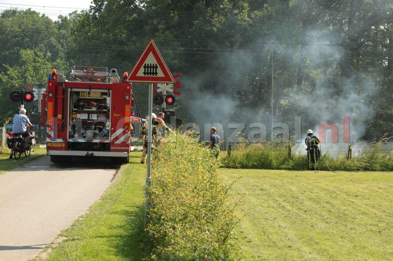 Brandweer Oldenzaal rukt uit voor bermbrand langs spoor Oldenzaal