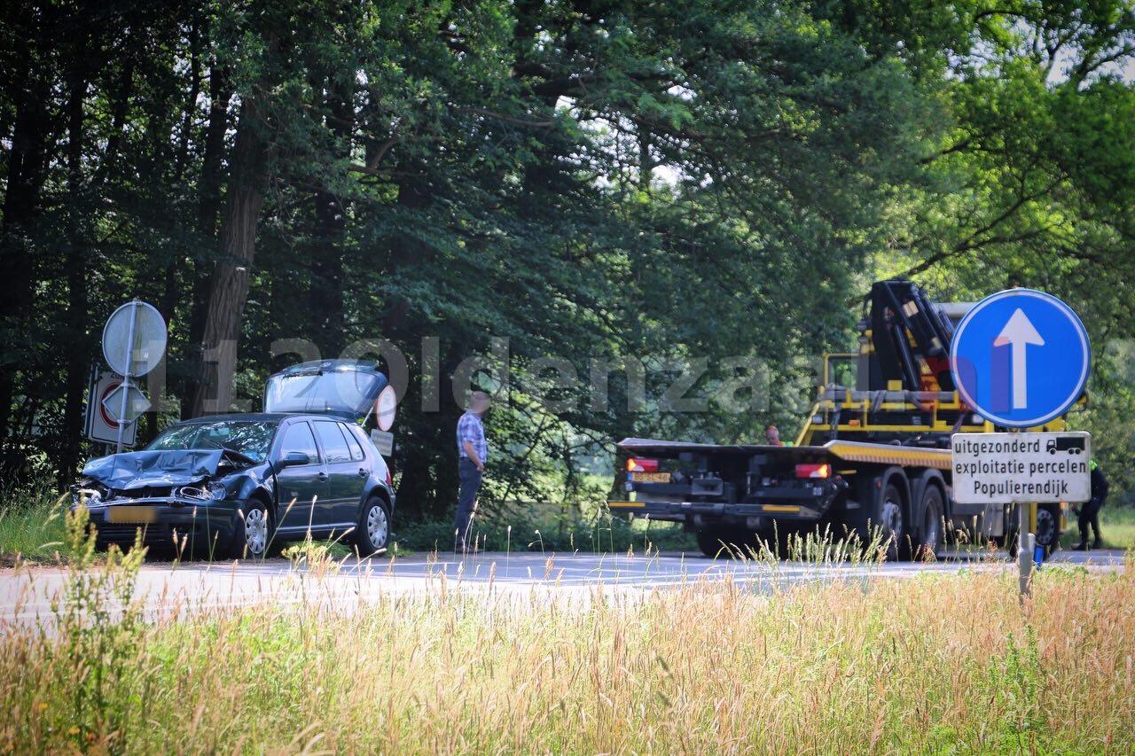 Schade en verkeersopstopping na ongeval tussen vrachtwagen en personenauto op Denekamperstraat tussen Oldenzaal en Denekamp