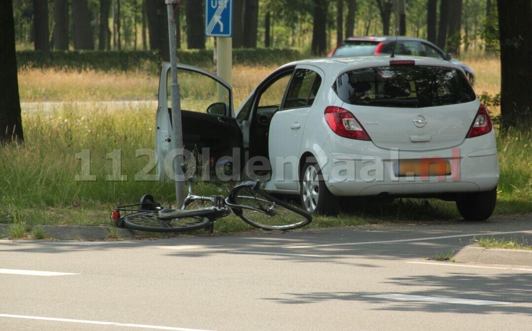 Fietser gewond naar het ziekenhuis na aanrijding met auto in Oldenzaal
