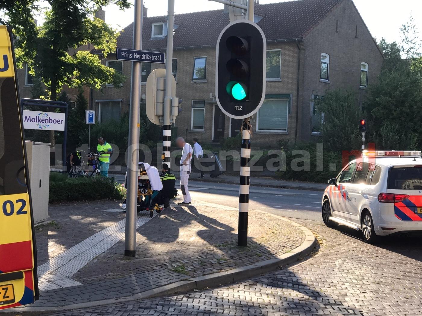 Fietser en auto komen in botsing Beatrixstraat Oldenzaal; fietser gewond naar het ziekenhuis