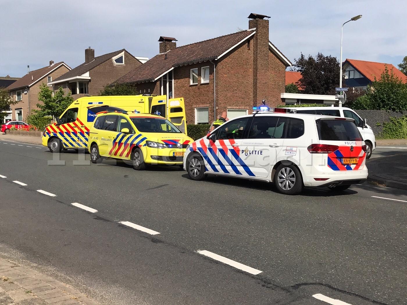 Fietsster gewond naar het ziekenhuis na val tegen busje in Oldenzaal