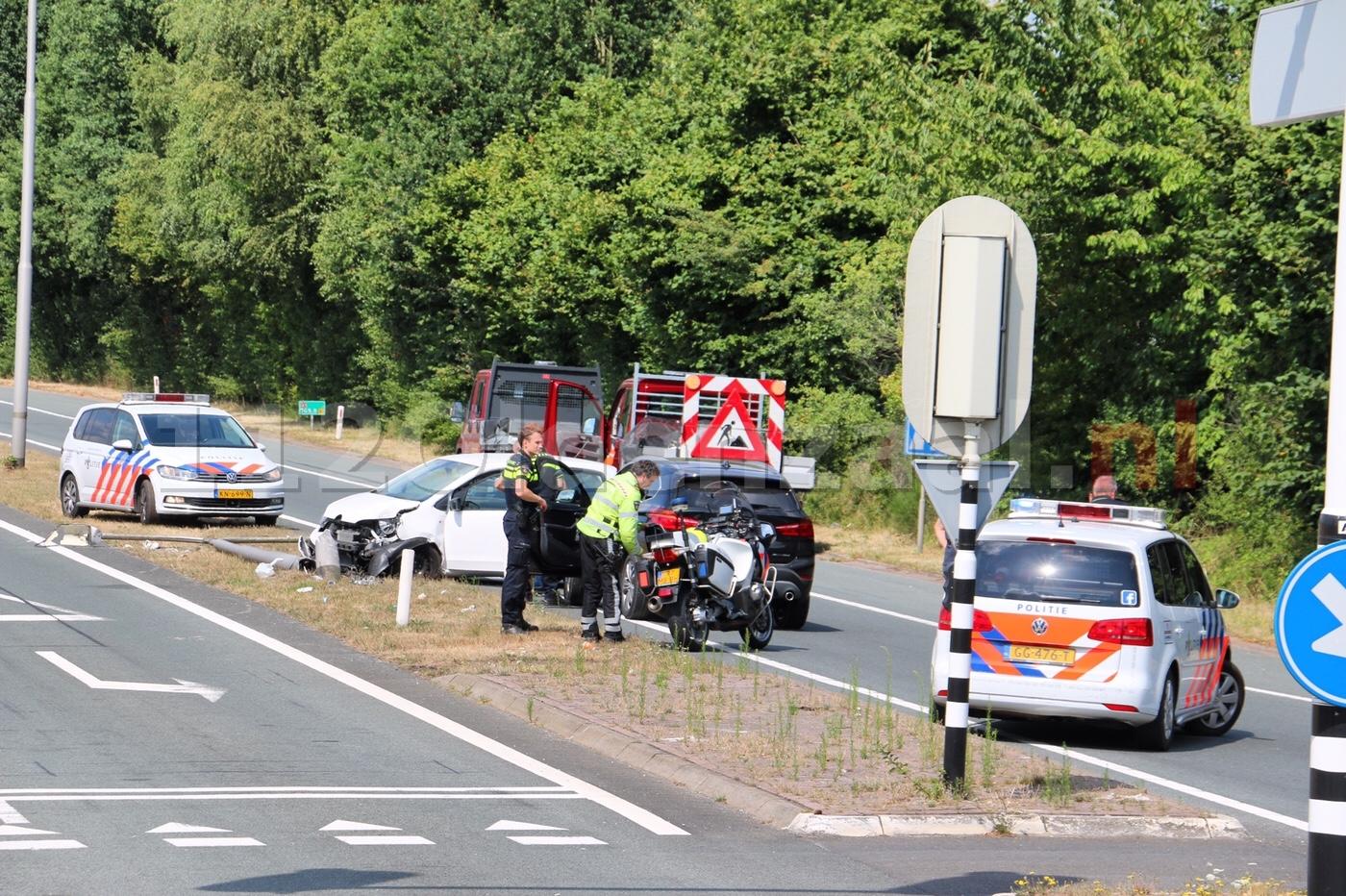 VIDEO: Automobiliste rijdt lichtmast omver oprit A1 Oldenzaal