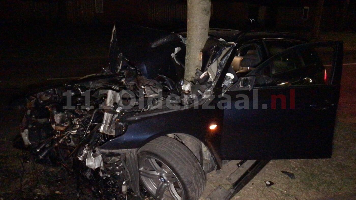 VIDEO: Automobiliste vliegt uit de bocht en crasht tegen boom Essenlaan Oldenzaal