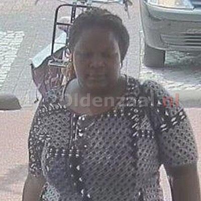 Foto: Politie zoekt vrouw na diefstal portemonnee in Oldenzaal