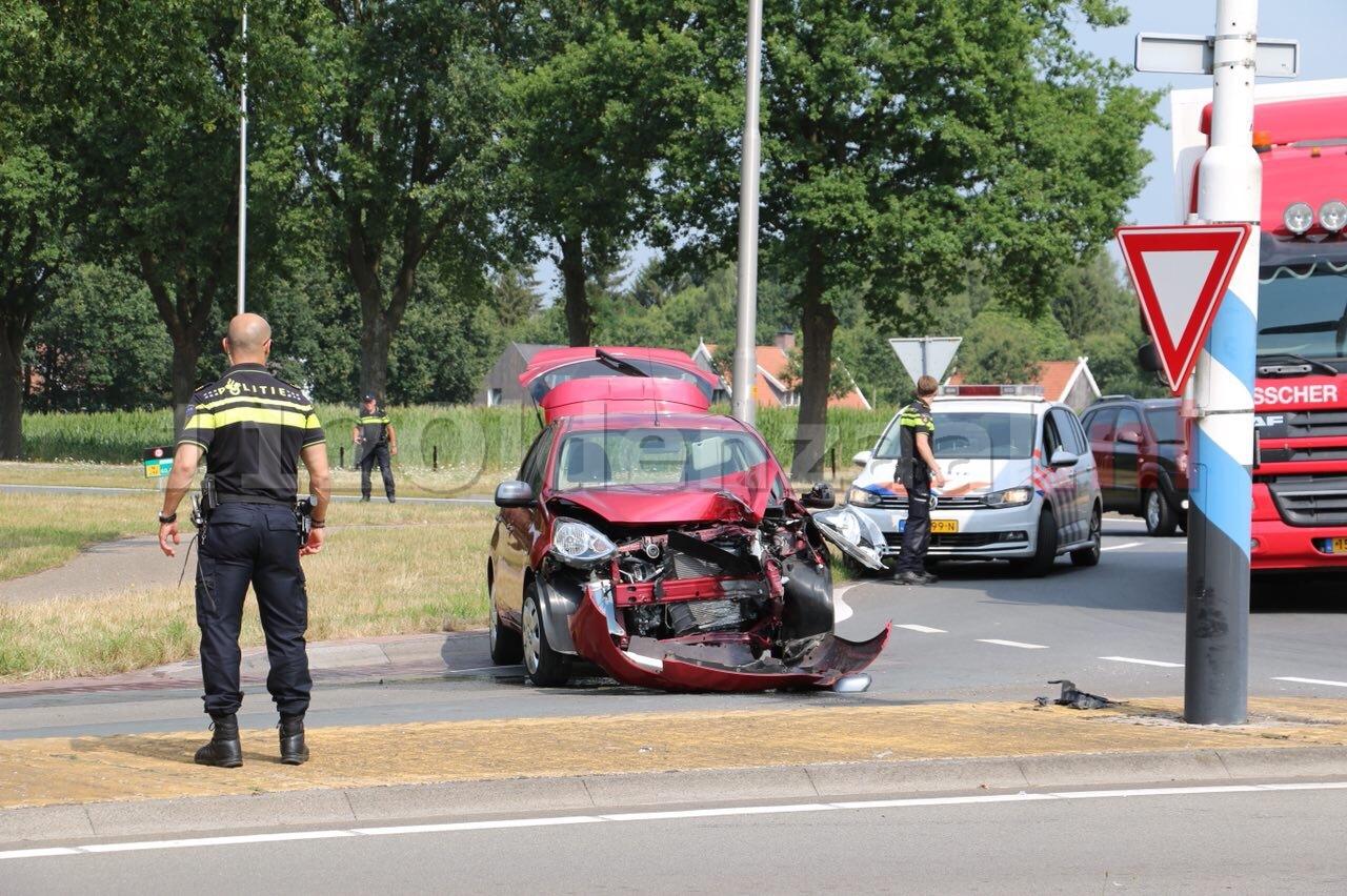 Twee personen gewond na aanrijding rotonde Oldenzaal