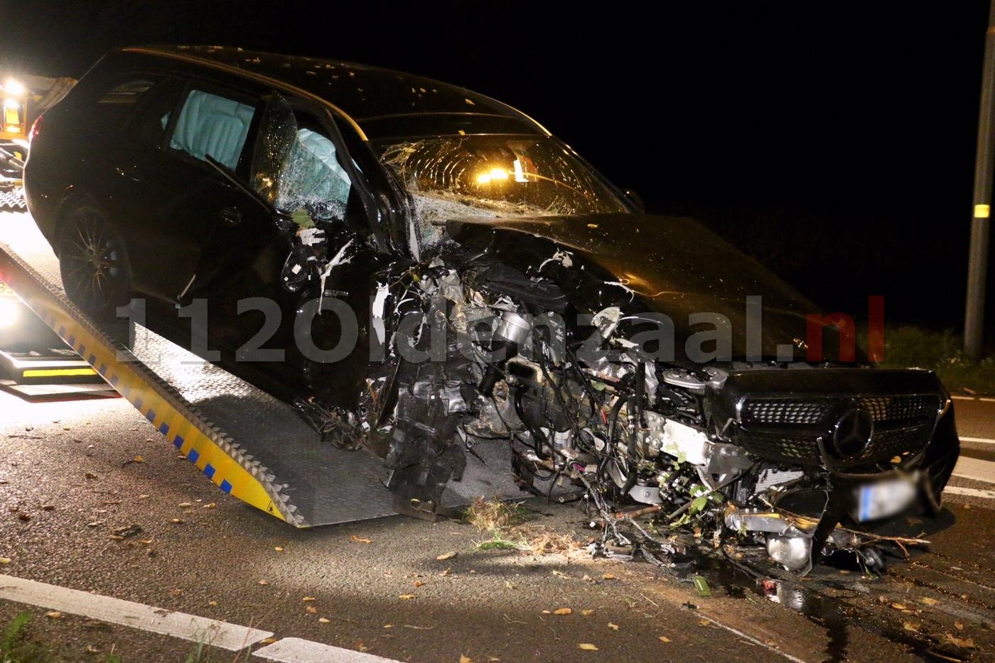 UPDATE (video): Auto total loss na crash tegen boom; bestuurder aangehouden