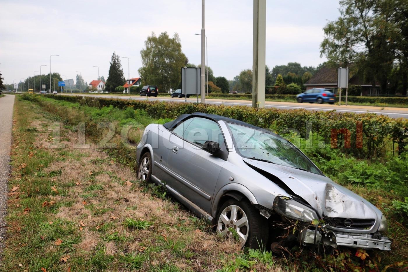Automobilist in Oldenzaal ramt lantaarnpaal en komt in sloot terecht