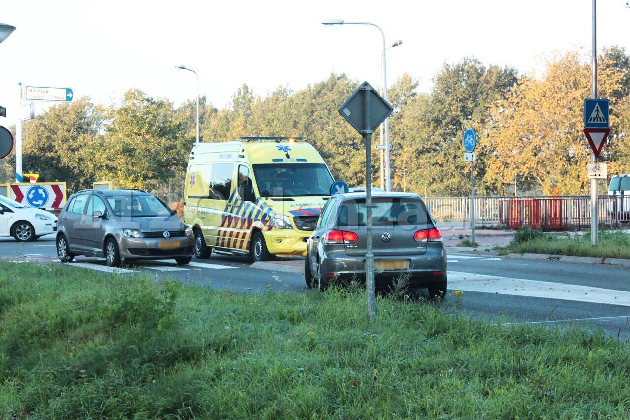 Fietsster gewond naar het ziekenhuis na aanrijding met auto op rotonde