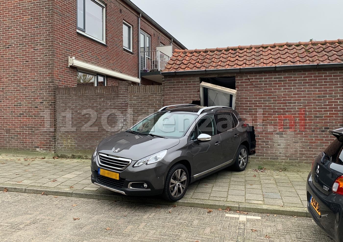 Auto rijdt schuur Dr. Nolensstraat Oldenzaal in