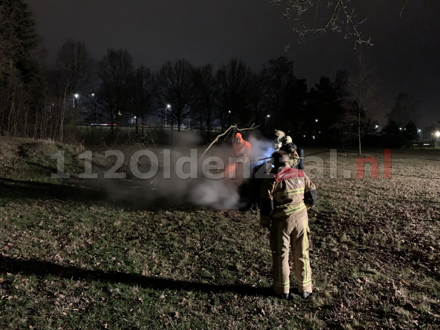 Brandweer blust brand in boom Oldenzaal