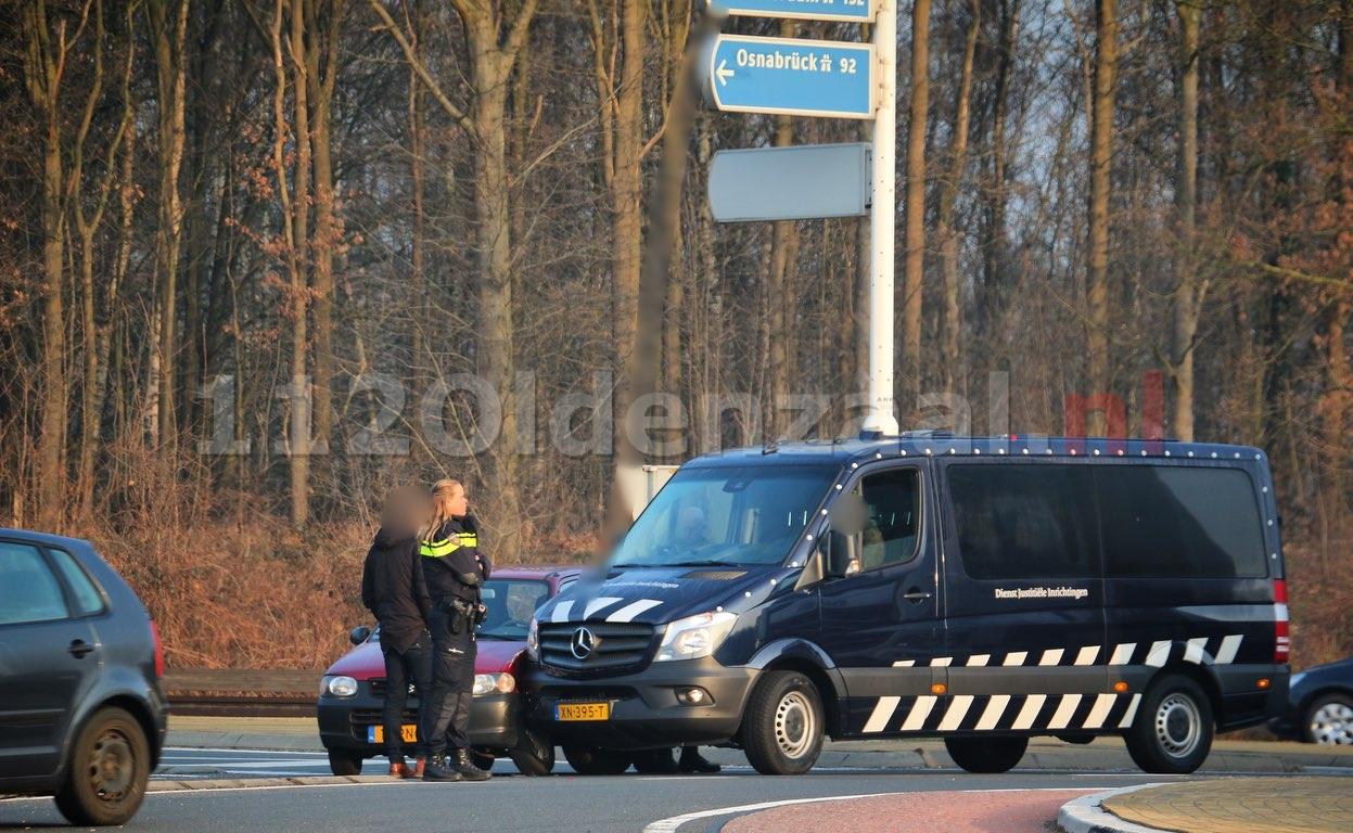 Aanrijding tussen busje Dienst Justitiële Inrichtingen en personenauto in Oldenzaal