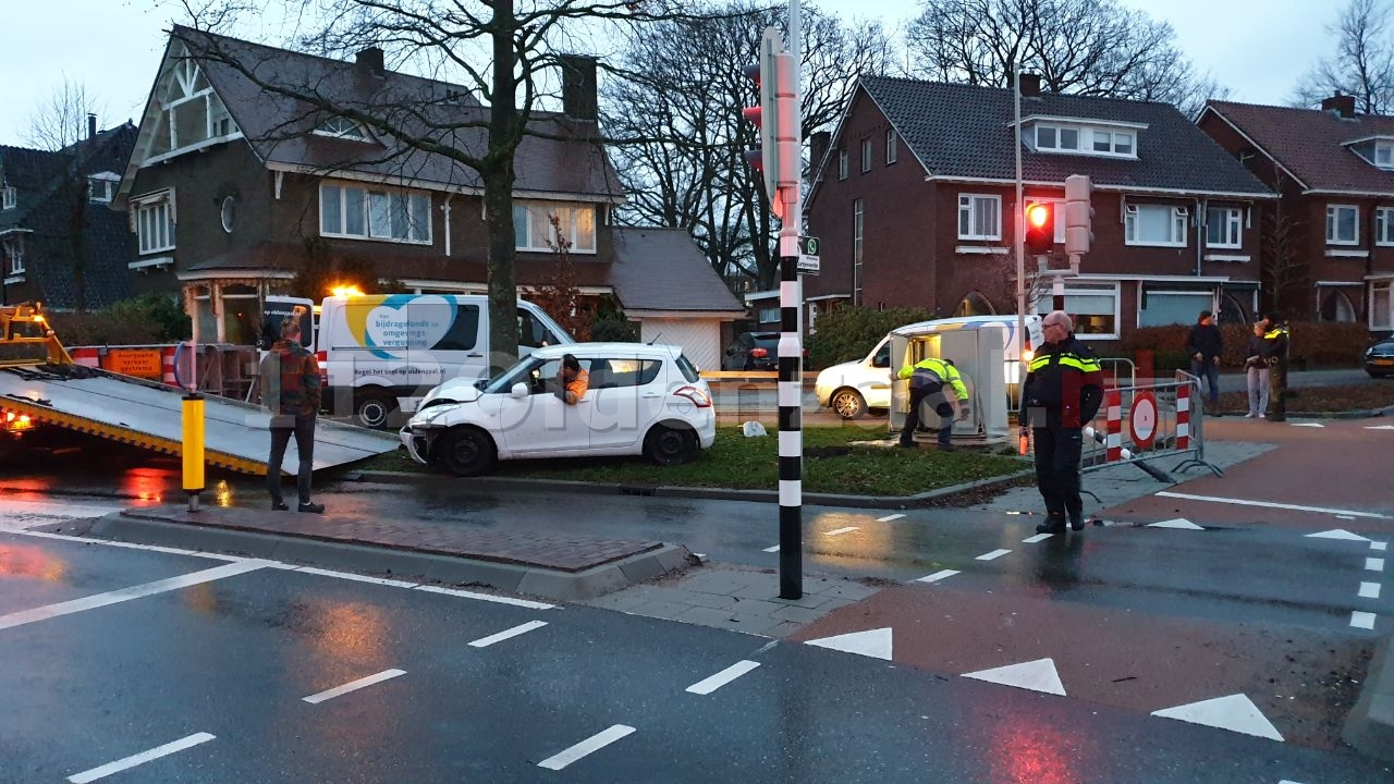 Automobilist ramt verkeersinstallatie op kruispunt Oldenzaal