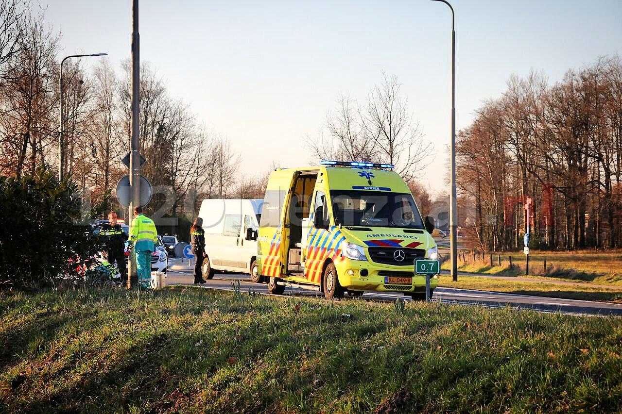 Video: Motorrijder gewond naar het ziekenhuis na ongeval met auto in Oldenzaal